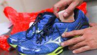 Как постирать кроссовки от запаха
