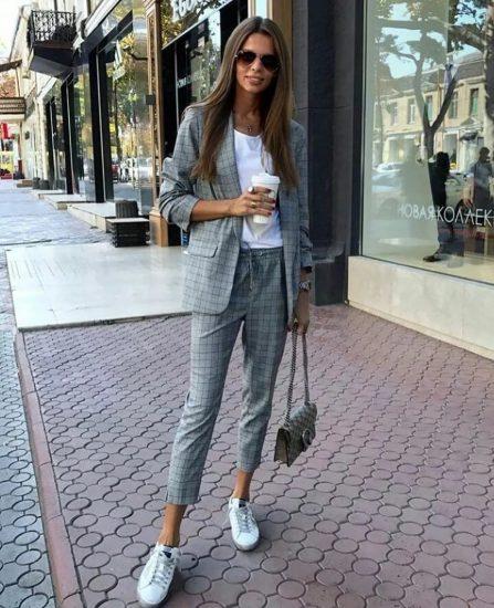 Девушка в пиджаке и кроссовках