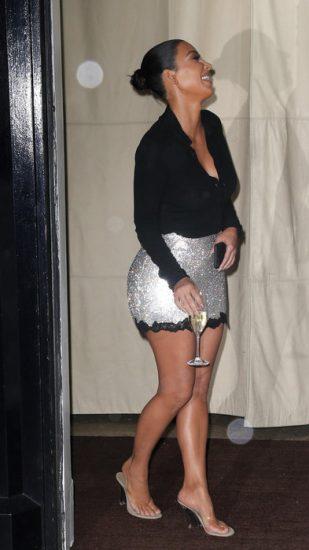 Ким Кардашьян с бокалом шампанского