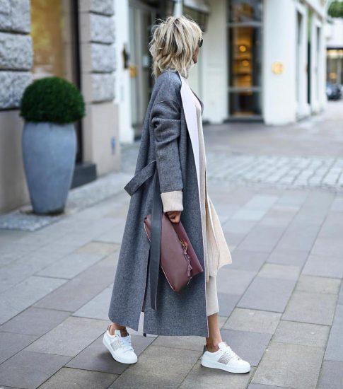 Девушка в пальто и кроссовках