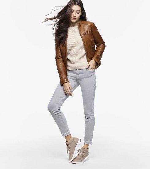 Девушка в кроссовках и кожаной куртке