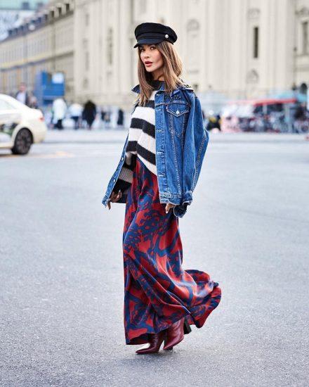 Девушка в юбке и джинсовой куртке