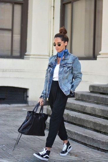 Девушка в брюках и джинсовой куртке