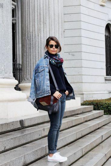 Девушка в джинсах и джинсовой куртке