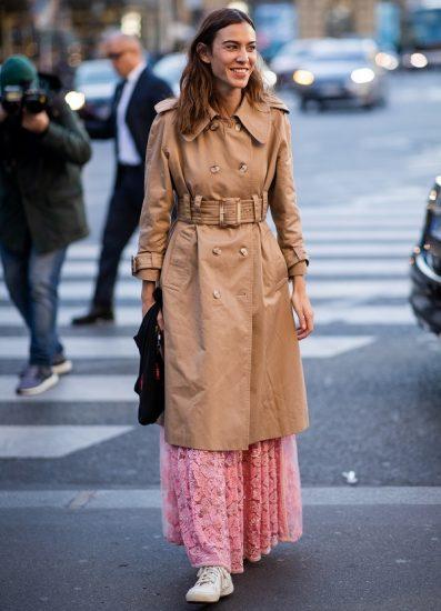 Девушка в тренче и платье