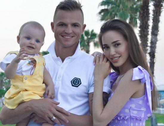 Дмитрий Тарасов с семьёй