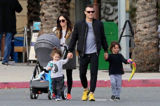 Меган Фокс с детьми и мужем