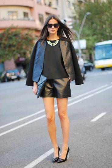 Девушка в шортах и пиджаке