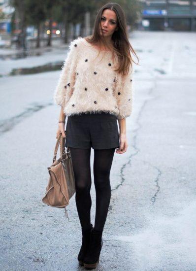 Девушка в шортах и джемпере
