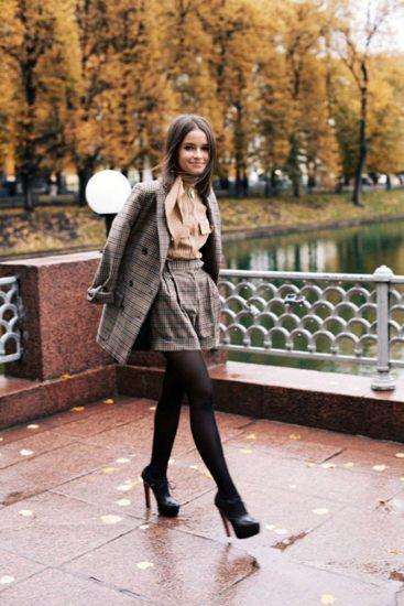 Девушка в шортах и пальто
