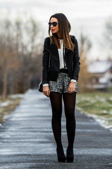 Девушка в шортах и косухе