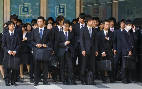 Японцы в деловых костюмах