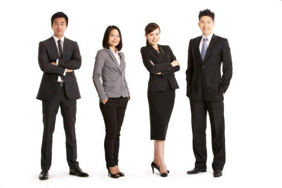 Китайцы в деловых костюмах