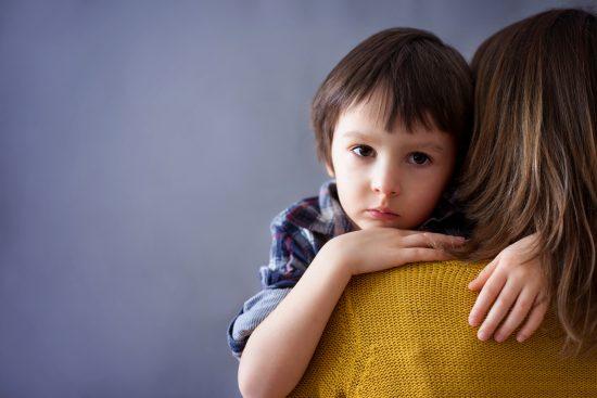 ребенок обнимает маму