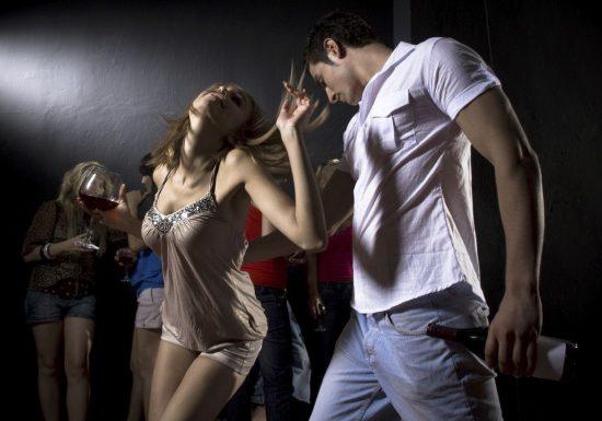 парень и девушка в клубе