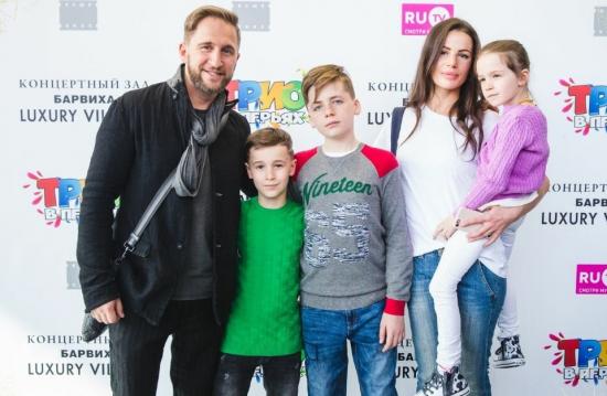 Оскар Кучера с супругой Юлией и детьми