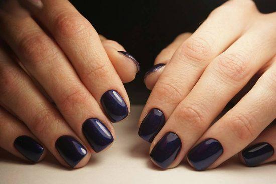 Монохромное покрытие на коротких ногтях