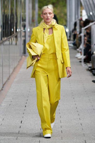 Жёлтый костюм