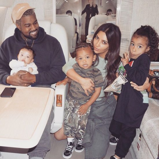 Ким Кардашьян вместе с семьёй