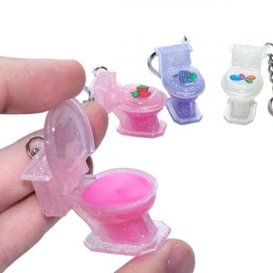 блеск для губ, помещённый в миниатюрный унитаз