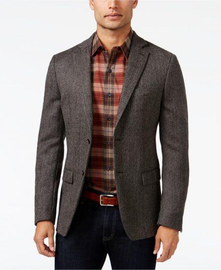 Мужчина в твидовом пиджаке и клетчатой рубашке