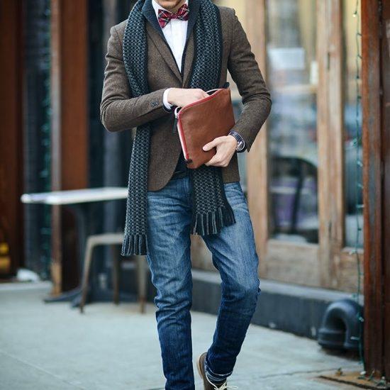Мужчина в твидовом пиджаке и джинсах, с шарфом и кожаной папкой