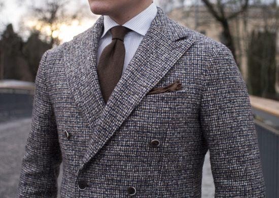 Мужчина в твидовом пиджаке с галстуком