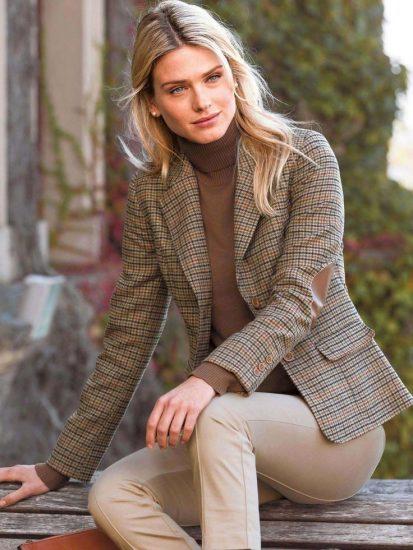 Женщина в твидовом пиджаке