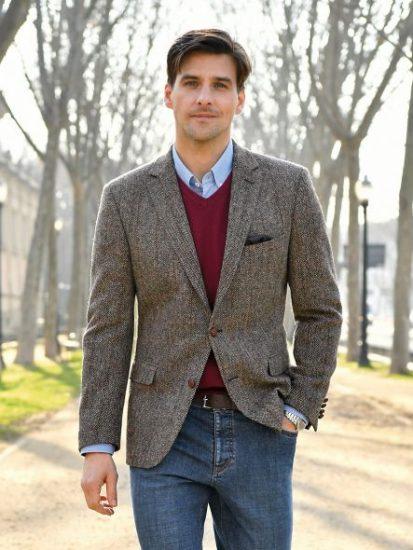 Мужчина в твидовом пиджаке и джинсах
