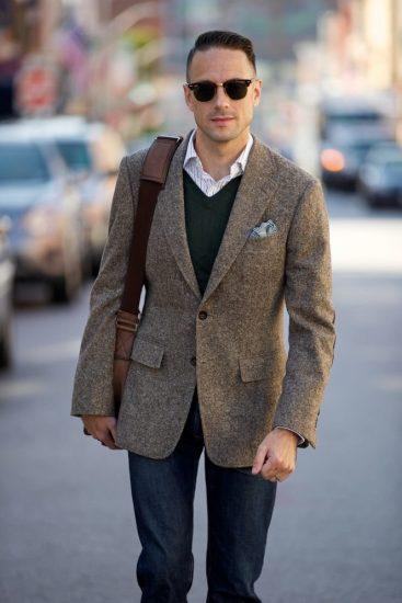 Мужчина в твидовом пиджаке с сумкой через плечо