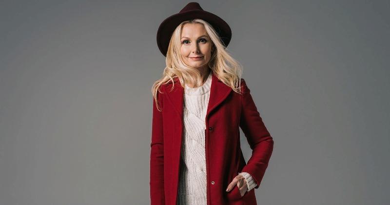 Женщина в красном пальто и шляпе
